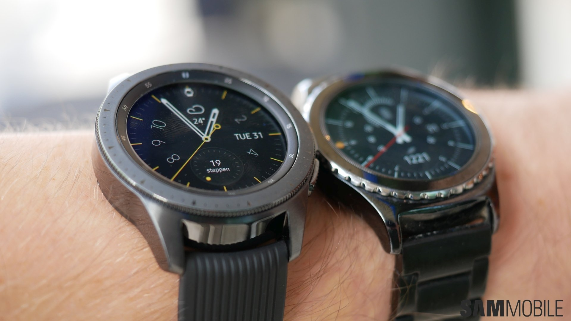 Samsung Galaxy Watch vs Gear S2 in pictures