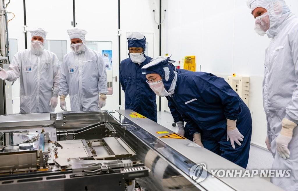 Ли Джэ Ён на заводе ASML проверяет оборудование EUV
